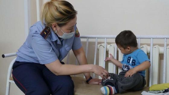 Сотрудница полиции с найденным ребенком
