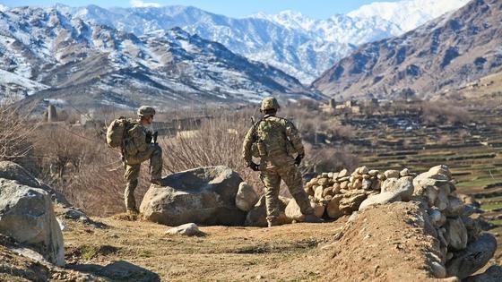 Солдаты  стоят на плато