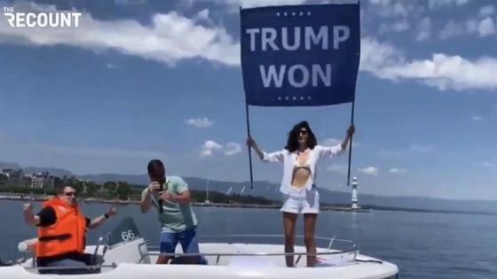 """Нур бен Ладен с плакатом """"Трамп победил"""""""