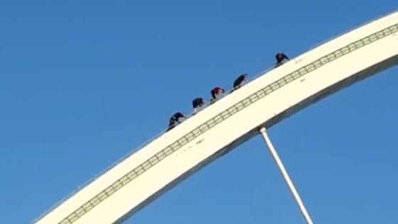 Троих подростков эвакуируют с моста