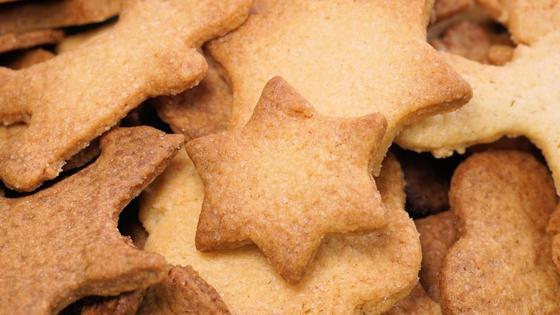 Горсть печенья лежит на поверхности
