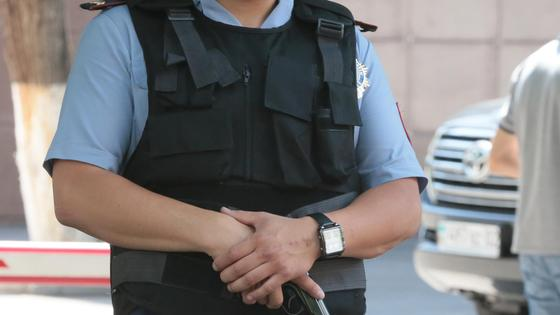 Сотрудник полиции стоит в бронежилете