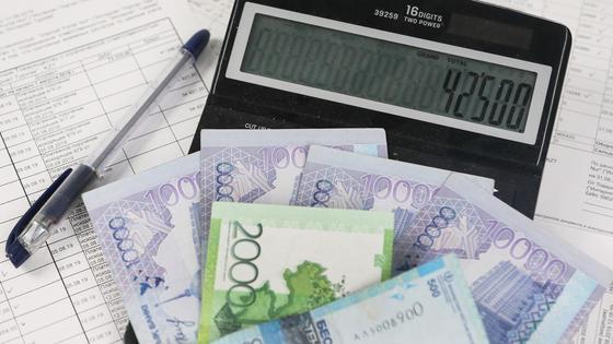 Деньги лежат на калькуляторе с надписью 42 500
