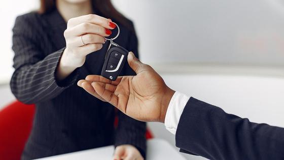 Водитель получает ключи от продавца