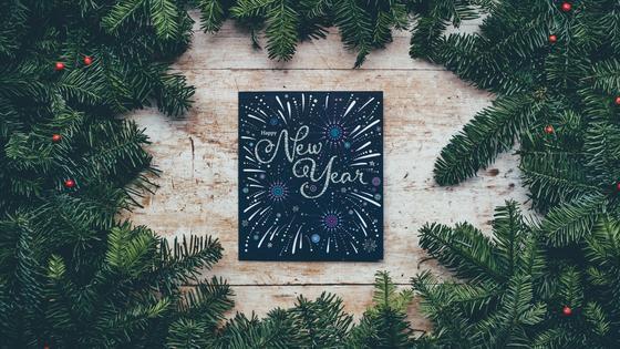 новогодняя открытка среди елочных ветвей