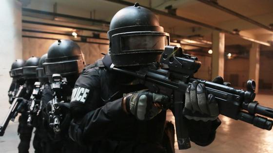 группа полицейских с оружием