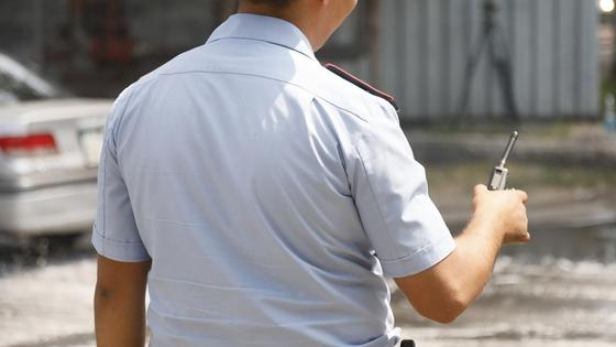Полицейский говорит в рацию