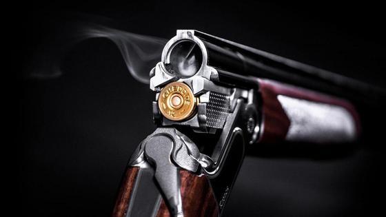 Одноствольное ружье заряжают