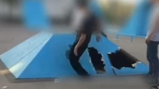 Дети ломают объект в скейтпарке