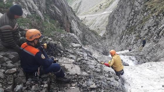 Спасатели помогают туристам