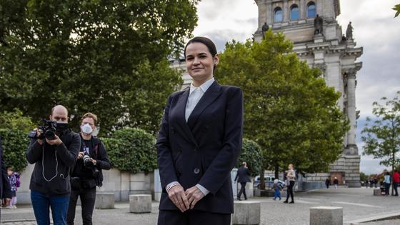 Светлана Тихановская стоит на улице в окружении журналистов