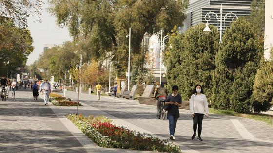 Люди гуляют по Арбату