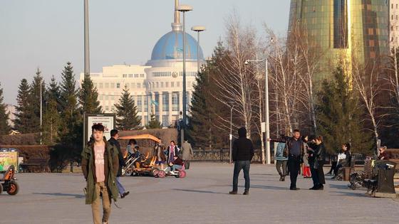Люди гуляют по городу