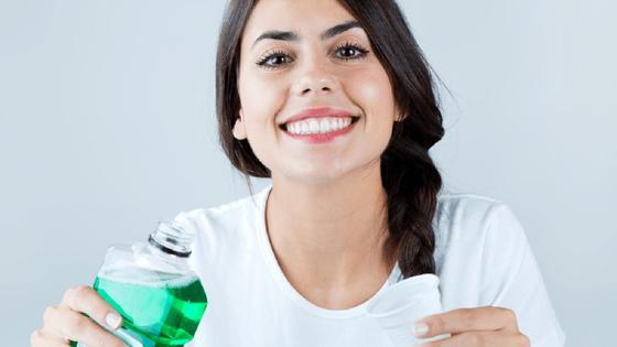 Девушка со средством для полоскания рта