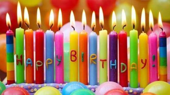 зажженные свечи с надписью happy birthday