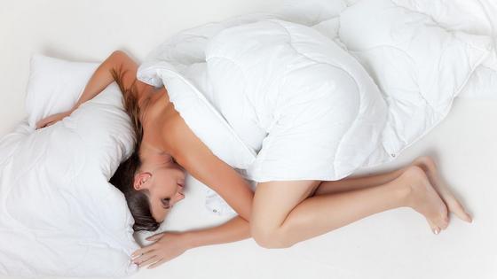 Девушка спит под одеялом