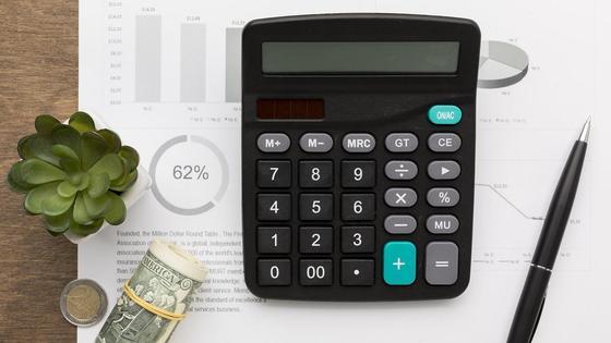 Калькулятор и ручка для подсчета кварплаты