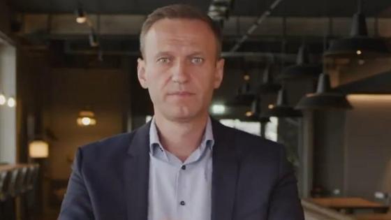 Алексей Навальный сидит за столом