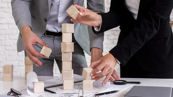 Мужчина и женщина собирают кубики