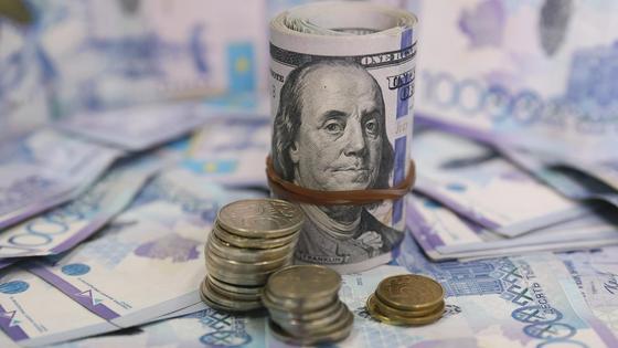Доллары и тенге на столе
