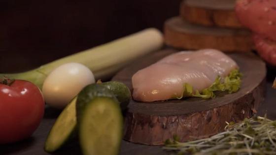 Помидор, куриное филе, соленый огурец и другие ингредиенты для бургера