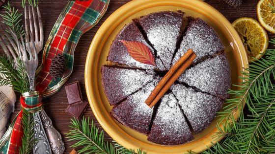 Шоколадный торт, посыпанный сахарной пудрой