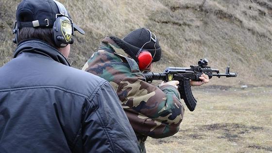 мужчина стреляет из винтовки