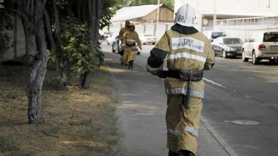 Пожарный бежит по улице