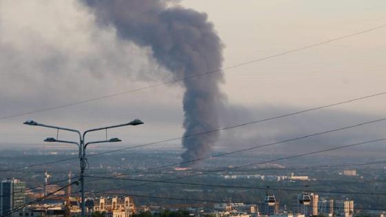 Столб черного дыма над городом