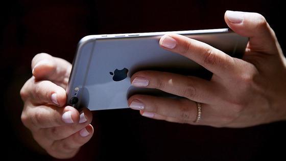 Девушка держит в руках iPhone