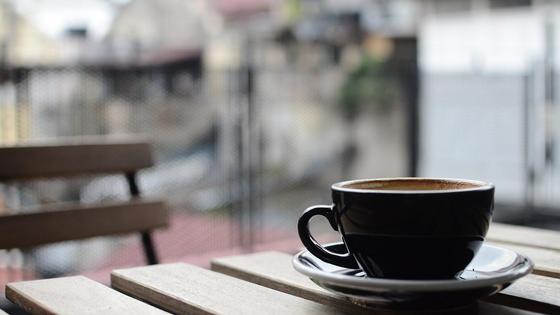 Чашка кофе стоит на столе