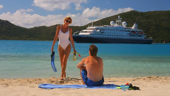 мужчина и женщина отдыхают на пляже