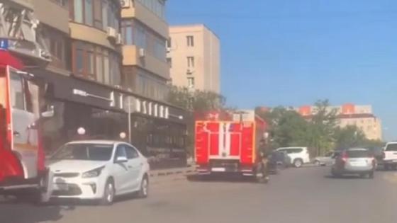 Пожарные машины стоят у школы