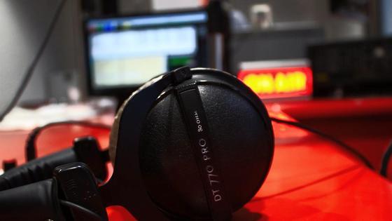 Микрофон лежит на столе
