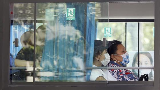 Две женщины едут в автобусе, вид из окна