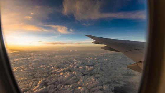 Самолет пролетает над облаками