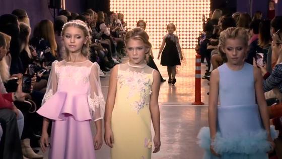 На подиуме девочки в красивых платьях