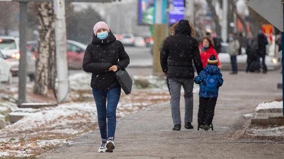 Люди в масках гуляют по улице
