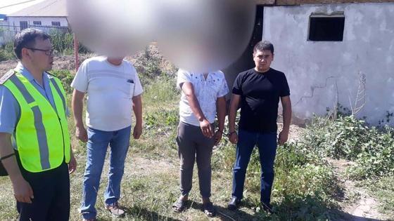 Двое мужчин стоят рядом с полицейскими