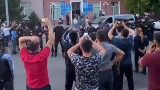 карагандинцы протестуют у здания