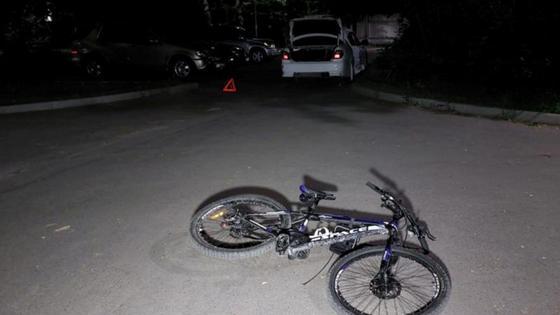 Велосипед лежит на тротуаре