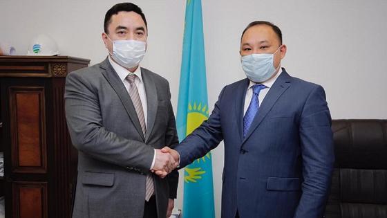 Нурлан Таубаев пожимает руку Тимура Басарова