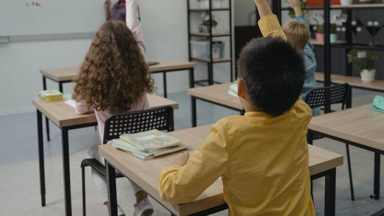 Ученики сидят на занятиях в школе
