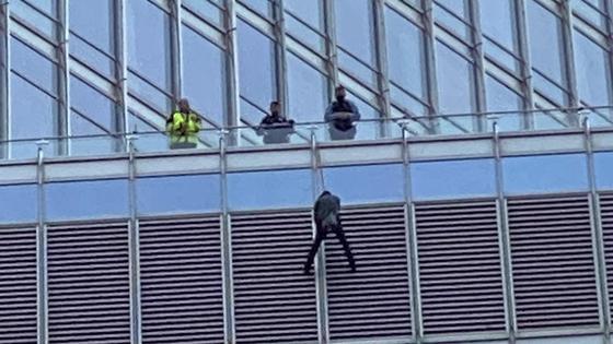 Мужчина на здании отеля Трампа
