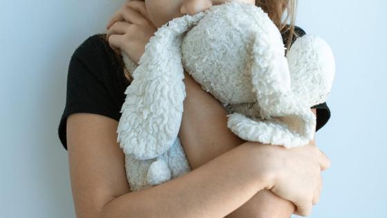 Девочка держит игрушку в руках