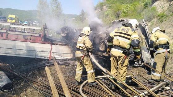 Пожарные тушат грузовик