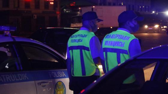 Двое патрульных идут по ночному городу