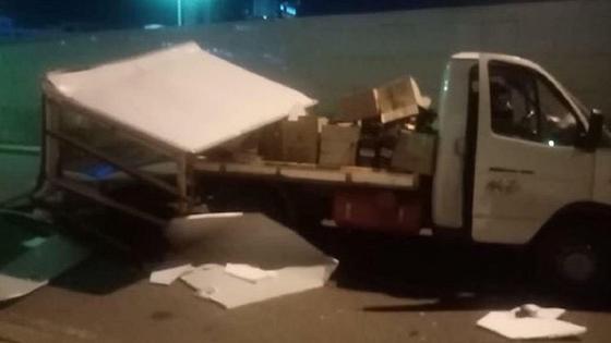 Грузовик после аварии стоит на дороге
