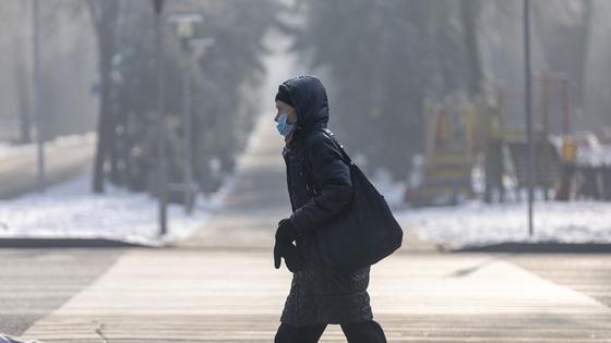 Парень идет в маске по улице
