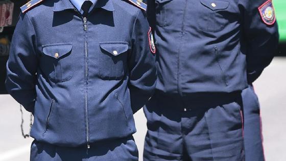 Двое полицейских в форме